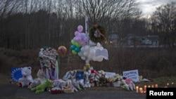 2012年12月15日,康涅狄克州纽敦发生大规模枪击案发一天之后,在通往案发地点桑迪.胡克小学的道路上的一个纪念牌位