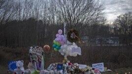 """Yon """"memoryal"""" devan Lekòl Primè Sandy Hook nan vil Newtown, Eta Connecticut, kote asasina an seri yo te rive vandredi 14 desanm 2012 la."""
