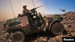 25일 말리 북부 지역에서 무장한 장갑차를 몰고 있는 프랑스군.