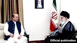 وزیراعظم نواز شریف ایران کے رہبر اعلٰی آیت اللہ علی خامنائی سے ملاقات کر رہے ہیں۔