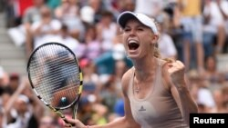 Caroline Wozniacki dari Denmark setelah mengalahkan Maria Sharapova asal Rusia pada hari ketujuh AS Terbuka (31/8).