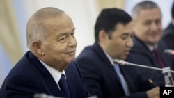 FILE - Uzbek President Islam Karimov (L) is pictured during his meeting with U.S. Secretary of State John Kerry at the Palace of Forums in Samarkand, Uzbekistan, Nov. 1, 2015.