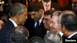 El presidente Barack Obama habla con Raúl Castro antes de la inauguración de la Cumbre de las Américas.