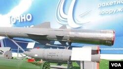 去年夏季莫斯科郊外坦克比賽中展出的出口型的KAB-500S炸彈(中,美國之音白樺拍攝)