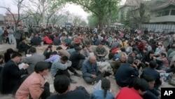 法輪功修煉者在中南海前靜坐示威。(1999年4月25日)
