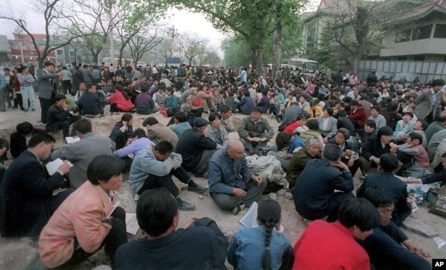 1999年4月25日法輪功成員在中南海前靜坐示威