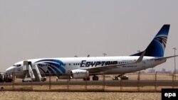 Ảnh minh họa: Máy bay của hãng EgyptAir trên đường băng tại phi trường Cairo.