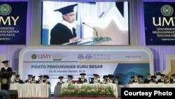 Haedar Nashir menyampaikan pidato Moderasi Indonesia dan Keindonesiaan Perspektif Sosiologi. (Foto: Humas UMY)
