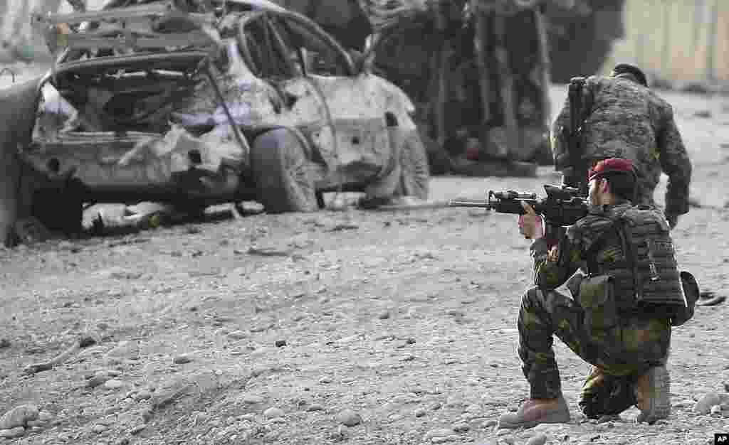 阿富汗军人在自杀爆炸现场