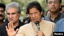 Pemimpin oposisi Pakistan Imran Khan berbicara kepada media di Islamabad. (Foto: Dok)