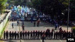Ribuan buruh melakukan unjuk rasa di Jakarta untuk menuntut kenaikan upah minimum, Rabu 10/12 (foto: VOA/Fathiyah).