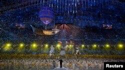 Hujan konfeti pada upacara penutupan Olimpiade Musim Dingin 2014 di Sochi, Rusia (23/2). (Reuters/Phil Noble)