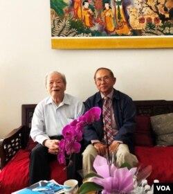 Đến thăm Gs Trần Ngọc Ninh, Huntington Beach ngày 21 & 29 tháng 06.2018, ở tuổi 95 mà Thầy vẫn còn rất minh mẫn và sắc bén; trên bàn là những số báo Tình Thương (1963-1967) có các bài viết của Thầy. [tư liệu Ngô Thế Vinh]