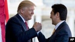 ប្រធានាធិបតី ដូណាល់ ត្រាំ ស្វាគមន៍នាយករដ្ឋមន្ត្រីជប៉ុន Shinzo Abe នៅខាងក្រៅការិយាល័យប្រធានាធិបតី នៅសេតវិមាន កាលពីថ្ងៃសុក្រ។