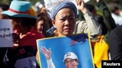 柬埔寨救国党主席根索卡的支持者在金边法院外示威