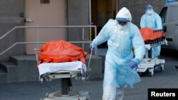 ARHIVA - Zdravstveni radnici izvoze preminule iz bolnice Vajkof hajts u Bruklinu, 4. aprila 2020. (Foto: Reuters/Andrew Kelly)