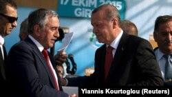 Presiden Turki Tayyip Erdogan (kanan) bersalaman dengan pemimpin Turki Siprus Mustafa Akinci dalam sebuah upacara peresmian proyek pipa air di Myrtoy, 17 Oktober 2015.