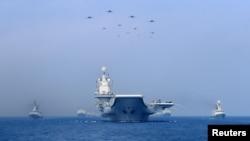 中國海軍在南中國海軍演展示軍艦與戰機。(2018年4月12日)
