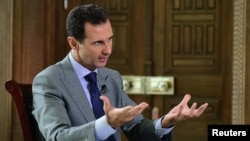 바샤르알아사드시리아 대통령이 지난달 14일 외신과 인터뷰하는 모습을 사나통신이 공개했다.