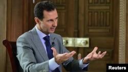 바샤르알아사드시리아 대통령이 14일 외신과 인터뷰하는 모습을 관영 사나통신이 공개했다.