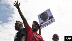 Les étudiants de l'Université du Zimbabwe tiennent un portrait du vice-président Emmerson Mnangagwa, lors d'une manifestation à Harare, le 20 novembre 2017.