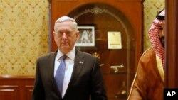 El viceprimer príncipe saudita, Mohammed bin Salman (segundo desde la derecha) escolta al secretario de Defensa de EE.UU., Jim Mattis, a la reunión con sus delegaciones en Riyadh, Arabia Saudita, el miércoles, 19 de abril de 2017.