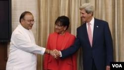 ລັດຖະມົນຕີ ຕ່າງປະເທດ ສະຫະລັດ ທ່ານ John Kerry ຈັບມື ກັບ ນາຍົກລັດຖະມົນຕີ ອິນເດຍ ທ່ານ Narendra Modi
