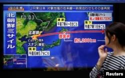 15일 일본 도쿄 거리에 설치된 TV에서 북한의 미사일 발사 소식이 나오고 있다.