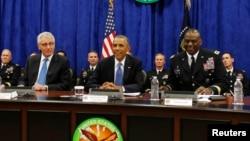 Le président Barack Obama (au c.) se réunissait mercredi avec divers hauts responsables pour discuter des efforts en cours contre les militants de l'État islamique (EI)