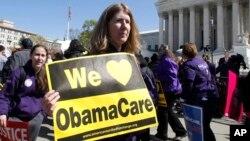 """Partidarios de la ley """"Obamacare"""" se manifiestan frente a la Corte Surprema en Washington."""