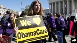 Simpatizantes de la reforma de salud rechazan los intentos de abolir la ley en una demostración frente a la Corte Suprema.