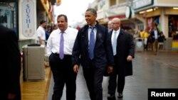 ປະທານາທິບໍດີ Barack Obama ແລະ ທ່ານ Chris Christie ຜູ້ປົກຄອງລັດ New Jersey ທ່ຽວຊົມຫ້າງຮ້ານ, ຮ້ານອາຫານ ແລະຮ້ານຄ້າຕ່າງໆ ທີ່ໄດ້ເປີດຄືນອີກ ໃນວັນອັງຄານວານນີ້ ຢູ່ຕາມບໍລິເວນທາງຍ່າງເລາະແຄມທະເລ ທີ່ເມືອງ Point Pleasant ຢູ່ລັດ New Jersey ໃນວັນທີ 28 ພຶດສະພາ, 2013.