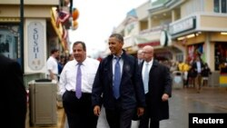 Le président Barack Obama (au c.) et le gouverneur Chris Christie (à g.) à Point Pleasant dans le New Jersey mardi