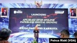 Gubernur Jawa Timur Khofifah Indar Parawansa saat meluncurkan aplikasi online untuk pencairan dana dan evaluasi APBD secara elektronik dalam rangka meminimalisir korupsi. (Foto:VOA/ Petrus Riski).