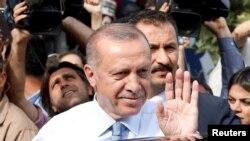 ترکی کے صدر طیب اردوان اپنے حامیوں کے نعروں کا جواب دے رہے ہیں