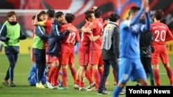 15일 서울 월드컵경기장에서 열린 2018 러시아월드컵 최종예선 5차전 한국-우즈베키스탄의 경기에서 2-1로 승리한 한국 선수들이 기쁨을 나누고 있다.