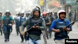 Поліція під час сутички з членами ісламістської партії в Дацці