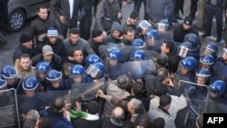 Cezayir'de Polislerle Göstericiler Çatıştı