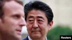 유럽 순방 중인 아베신조 일본 총리가 17일 파리 엘리제 궁전에서 에마뉘엘 마크롱 프랑스 대통령과 기자회견을 열고 있다.