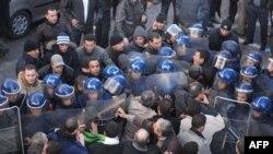 Demonstranti i policija na ulicama Alžira