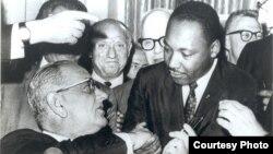 Prezident Lindon Jonson irqchilikka qarshi kurash yetakchisi Martin Lyuter King bilan gaplashmoqda, Kongress, 1965-yil
