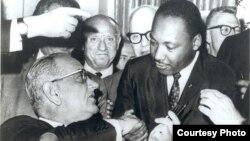 Президент США Линдон Джонсон подписывает Закон об избирательных правах в присутствии Мартина Лютера Кинга и других борцов за гражданскеие права. Вашингтон.6 августа 1965 г.