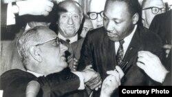 O Μάρτιν Λούθερ Κινγκ με τον Πρόεδρο Λίντον Τζόνσο, στην υπογραφή του νόμου ισότητας στο δικαίωμα ψήφου.