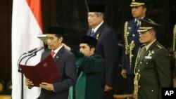 President Indonesia ke tujuh, Joko Widodo, membacakan sumpah di gedung DPR/MPR RI, Jakarta (20/10). (AP/Dita Alangkara)