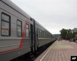莫斯科-烏蘭巴托國際列車停在俄蒙邊界俄方境內等待過境