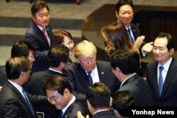도널드 트럼프 미국 대통령이 8일 한국 국회 본회의장에서 연설을 마치고 여야의원들과 악수 하고 있다.