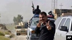 Kameralara poz veren Irak güvenlik kuvvetleri