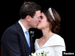 2018年10月12日英国公主尤金妮和布鲁克斯班克在英国温莎城堡圣乔治教堂举行婚礼。