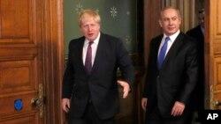 លោក Boris Johnson (រូបឆ្វេង) រដ្ឋមន្រ្តីការបរទេសចក្រភពអង់គ្លេសស្វាគមន៍លោកនាយករដ្ឋមន្រ្តីអ៊ីស្រាអែល Benjamin Netanyahu នៅការិយាល័យការបរទេសក្នុងក្រុងឡុងដ៍ កាលពីថ្ងៃទី៦ ខែកុម្ភៈ ឆ្នាំ២០១៧។