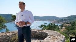 Perdana Menteri Yunani Alexis Tsipras berpidato dari Pulau Ithaca di barat Yunani, 21 Agustus 2018.